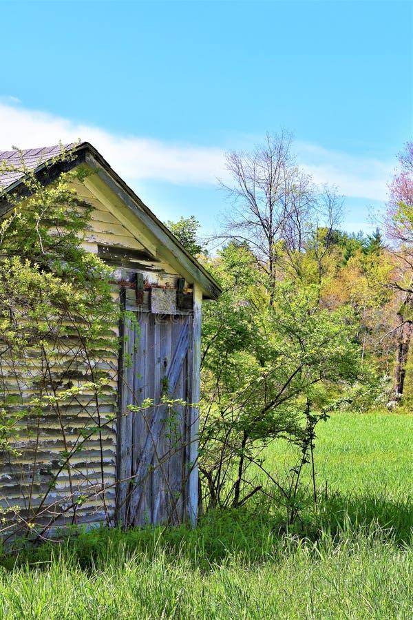 Celeiro decrépito velho no campo em Ayer, Massachusetts, Estados Unidos foto de stock royalty free