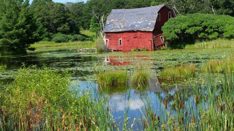 Celeiro dilapidado pela lagoa foto de stock royalty free