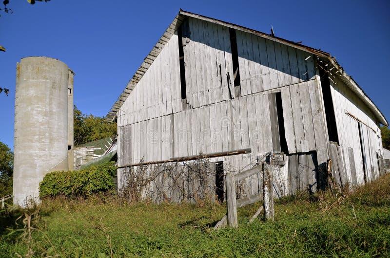 Celeiro e silo de deterioração brancos velhos fotografia de stock royalty free