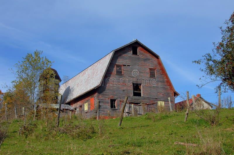 Celeiro e silo de madeira Virgínia fotografia de stock royalty free