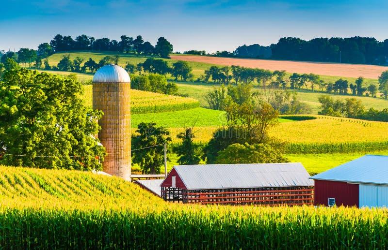 Celeiro e silo em uma exploração agrícola no Condado de York rural, Pensilvânia fotografia de stock