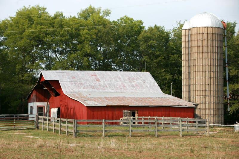 Celeiro e silo vermelhos foto de stock