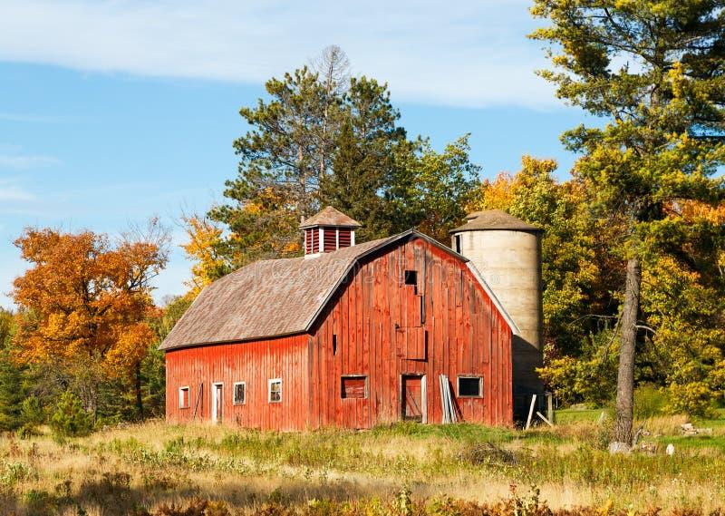 Celeiro e silo vermelhos velhos imagens de stock royalty free