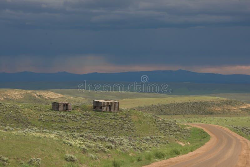 Celeiro e vertente velhos ao longo da estrada secundária em Colorado imagem de stock