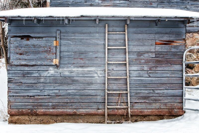 Celeiro exterior no fundo ou no contexto do inverno fotos de stock