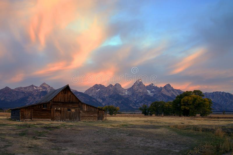 Celeiro na fileira do mórmon, parque nacional grande de Moulton do nascer do sol de Teton, Wyoming fotografia de stock