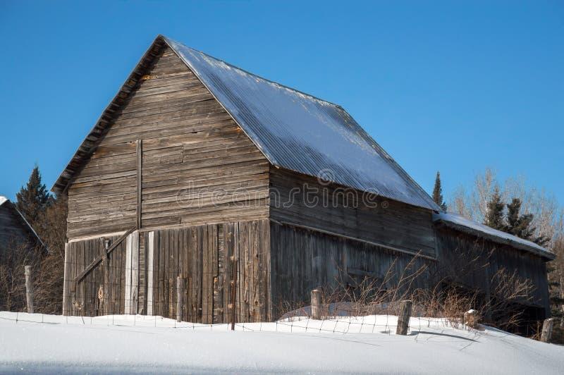 Celeiro nevado na luz do sol em Ontário do norte imagem de stock
