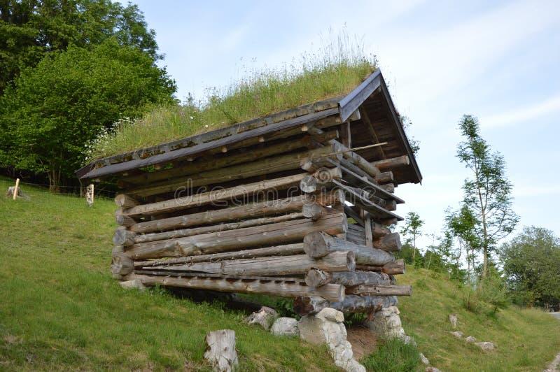 Celeiro pequeno velho nas montanhas austríacas imagem de stock royalty free