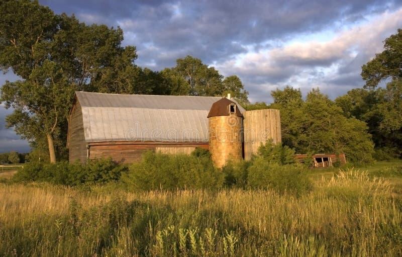 Celeiro raro com silos de madeira e da telha fotos de stock royalty free