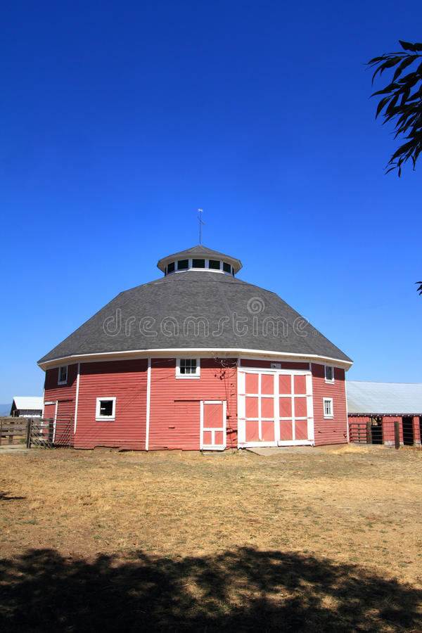 Celeiro redondo histórico original da exploração agrícola fotos de stock royalty free