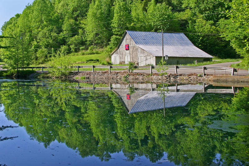Celeiro refletido na lagoa imagens de stock royalty free