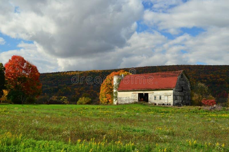 Celeiro resistido velho bonito do norte do estado em um montanhês de New York no outono imagem de stock