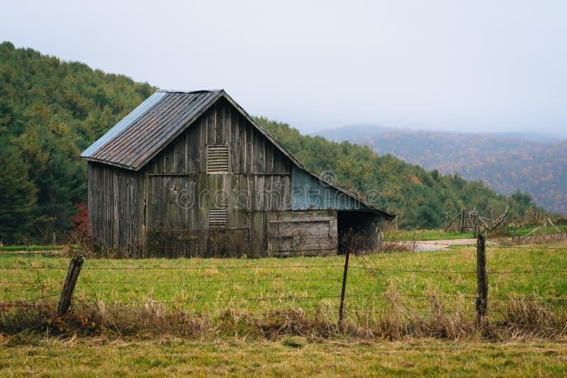 Celeiro velho ao longo de Ridge Parkway azul nas montanhas apalaches de Virgínia fotografia de stock royalty free