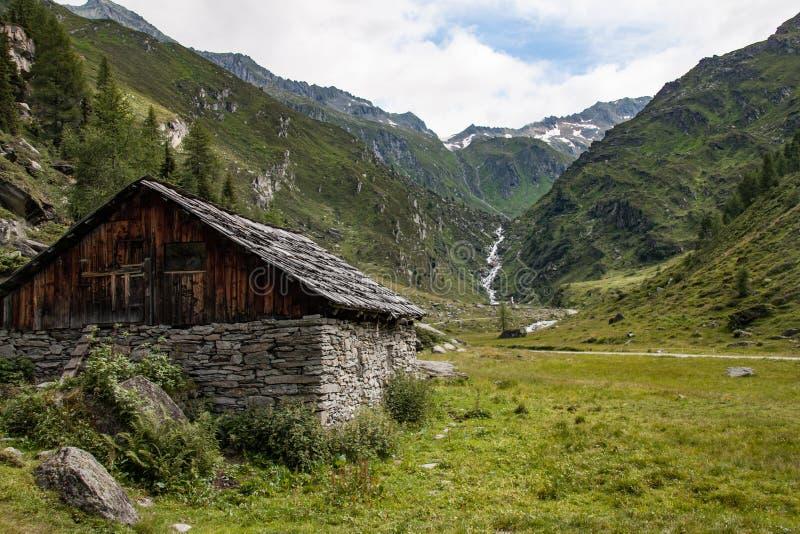 Celeiro velho com as paredes de pedra no vale da dolomite fotos de stock royalty free