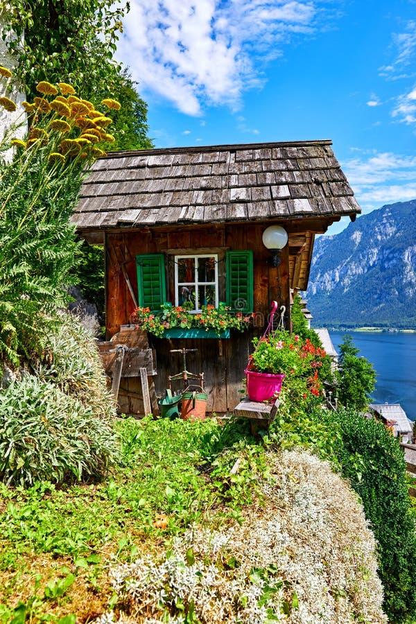Celeiro velho de madeira decorativo de Hallstatt Áustria entre imagem de stock