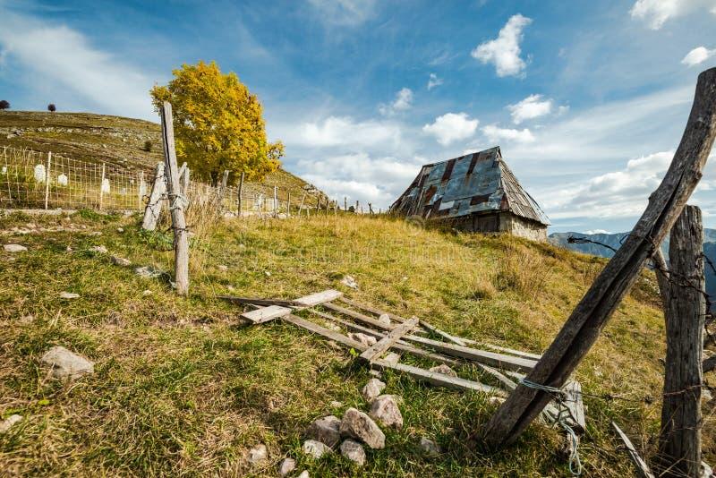 Celeiro velho em Lukomir, última vila em Bósnia imagem de stock