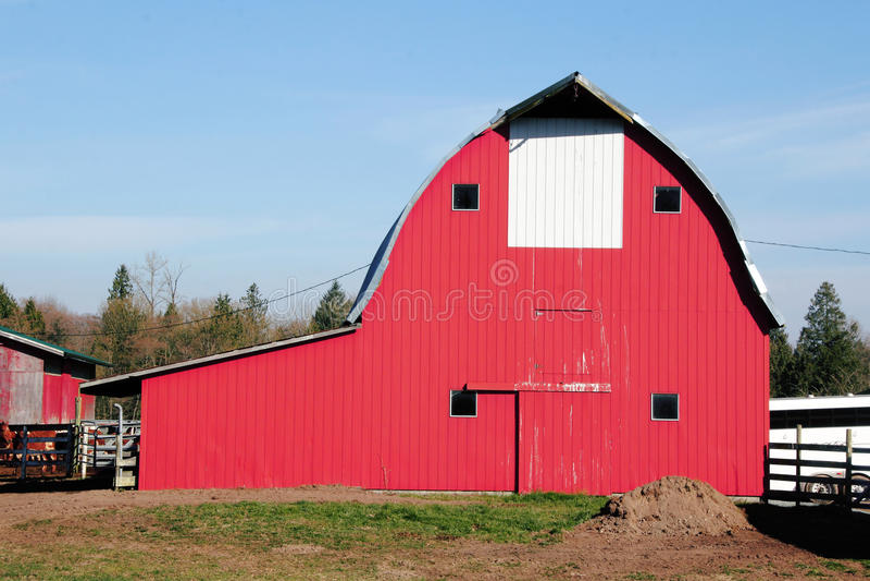 Celeiro vermelho americano tradicional foto de stock
