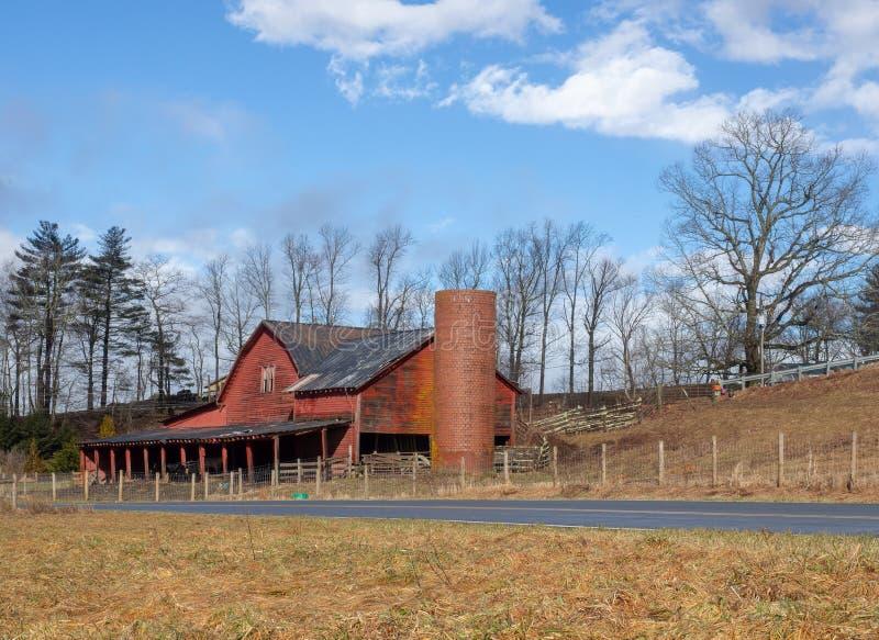Celeiro vermelho em Carolina Mountains norte foto de stock