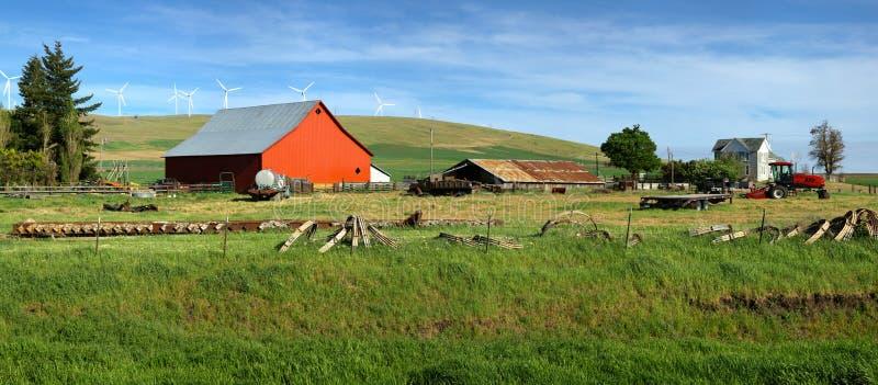 Celeiro vermelho em uma exploração agrícola Washington oriental. imagens de stock royalty free