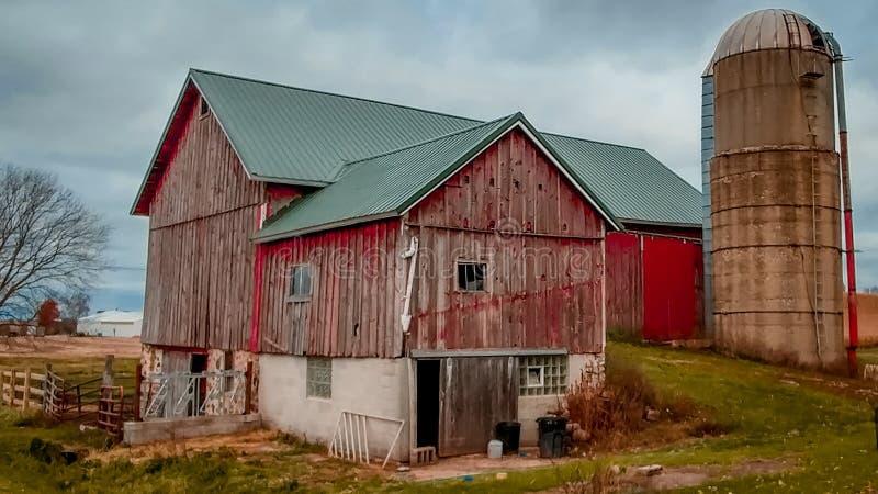 Celeiro vermelho rústico com silo em Wisconsin fotos de stock royalty free
