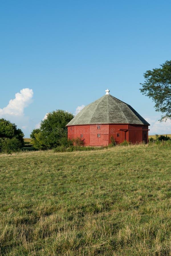 Celeiro vermelho redondo original cercado pela terra aberta em Illinois rural imagem de stock