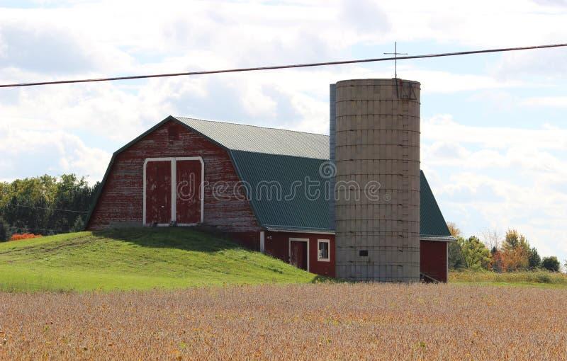 Celeiro vermelho velho com silo imagens de stock