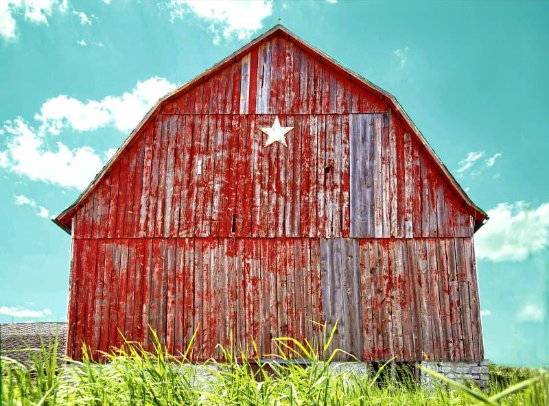 Celeiro vermelho velho da estrela com o céu azul do aqua foto de stock
