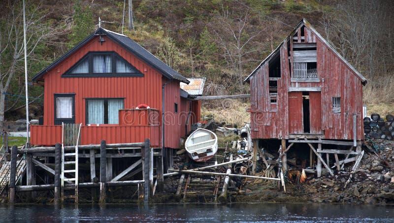 Celeiros de madeira vermelhos noruegueses tradicionais do barco fotos de stock royalty free