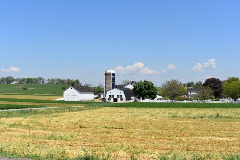 Celeiros, silos e pastos em uma exploração agrícola de Pensilvânia imagens de stock royalty free