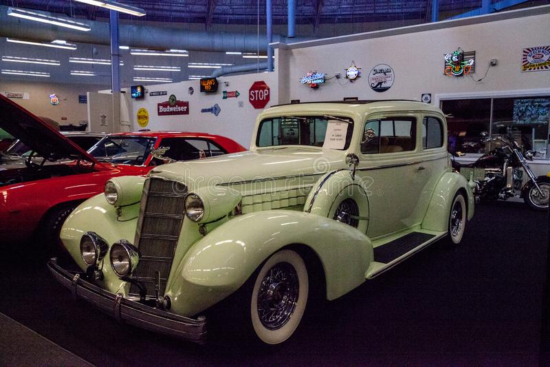 Celery Stalk Green 1935 Cadillac exibido no museu da Cidade do Carro Muscular imagens de stock royalty free