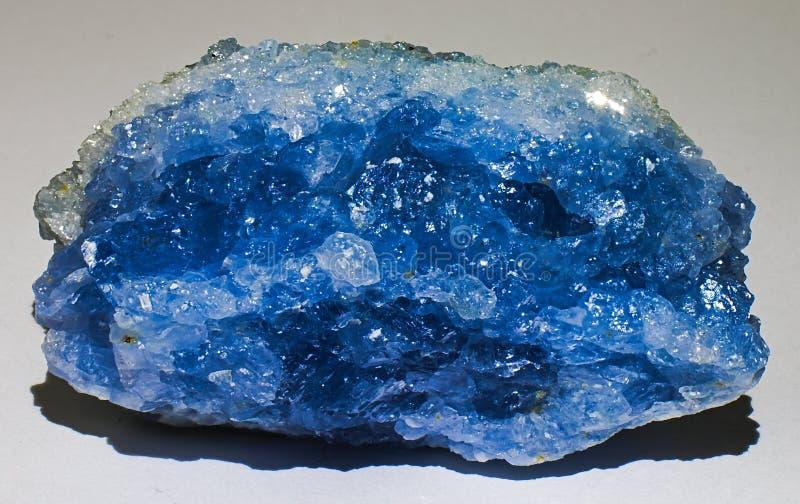 Celestine ou gema de cristal de pedra mineral azul do celestite fotografia de stock
