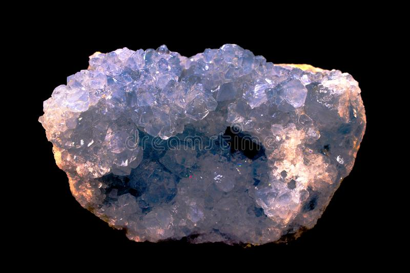 Celestitekristallen, kristaller är en hög vibrational sten royaltyfri bild