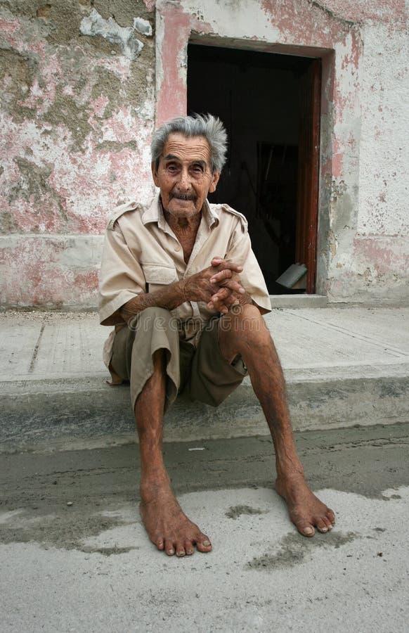 Celestun Mexico - Oktober 9, 2007: Fattig Celestun invånaresitti royaltyfria bilder
