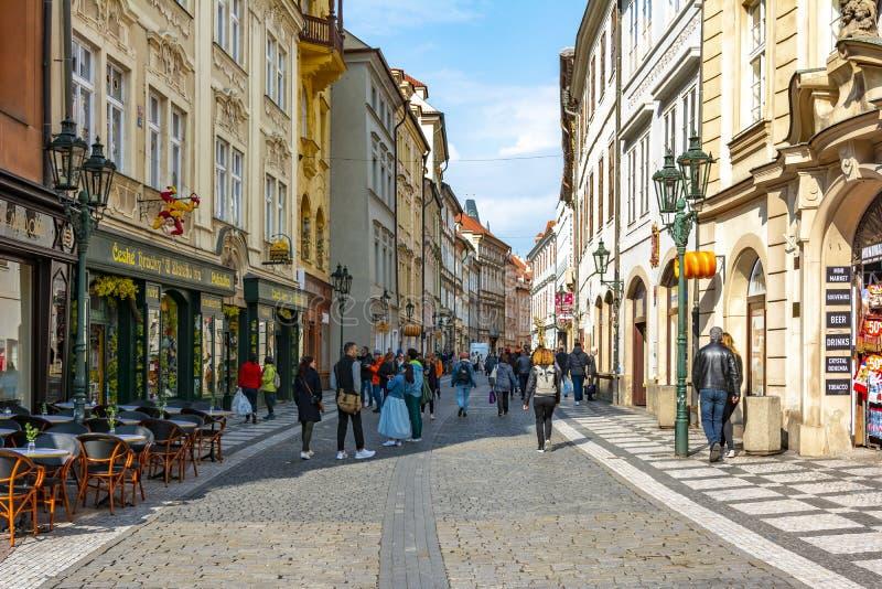 Celetna gata i mitt av den gamla staden, Prague, Tjeckien royaltyfri bild