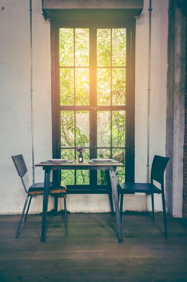 Celings-Strahlen mischen tadellos mit Steinwandordnung und -kamin Dachboden-Ähnliches Fenster, Zementwände und hölzernes stockbilder