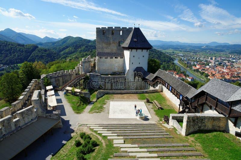 Celje middeleeuws kasteel in Slovenië boven de rivier Savinja stock foto's