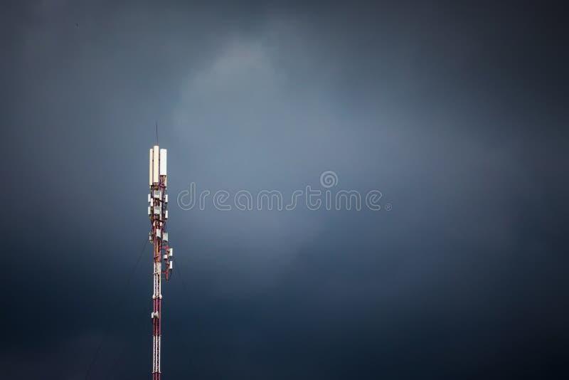 Cell- antenn på bakgrund av en mörk stormig himmel Signal rec fotografering för bildbyråer