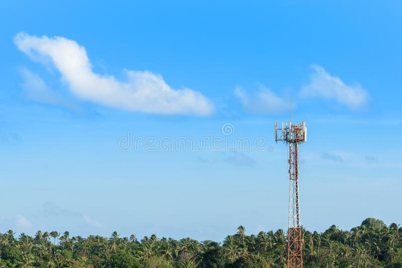 Cell- mobil antenn på telekommunikationtorn i vändkretsklimatatmosfär, kopieringsutrymme på bakgrund för blå himmel fotografering för bildbyråer