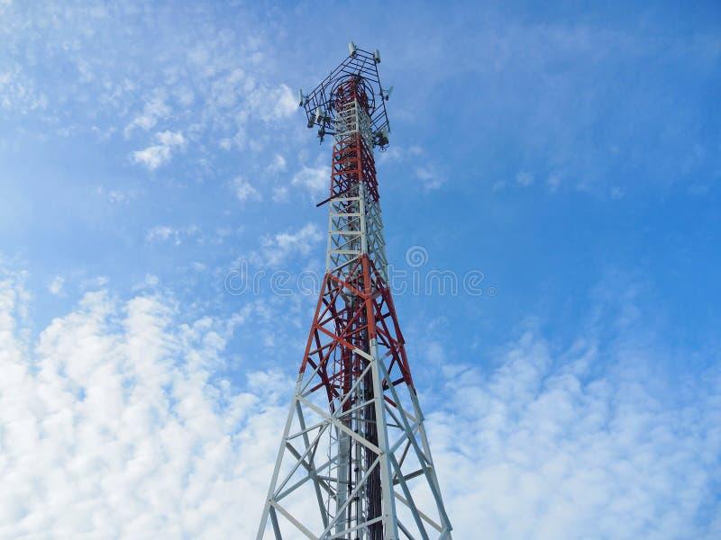 Cell- signaltorn eller stor antenn med TV-sändningutrustning och frekvensbanden i begreppet av trådlösa kommunikationer arkivbild