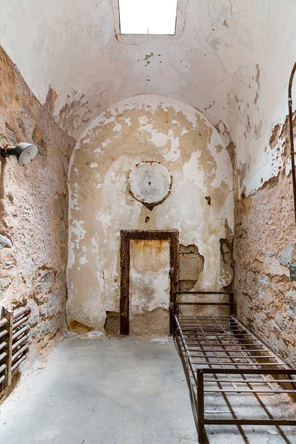 Cella di prigione di lerciume con la finestra di luce solare fotografia stock immagine di luce - Libro la luce alla finestra ...