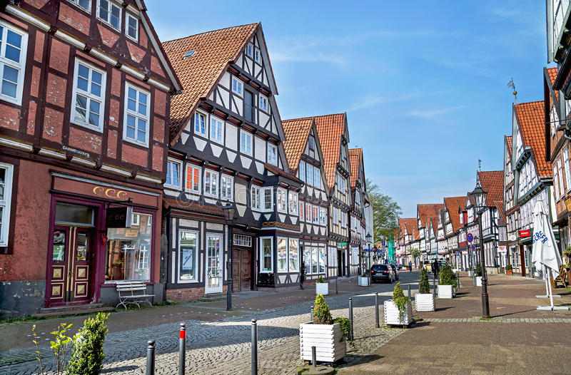 Celle,德国- 2017年5月1日:有大厦的门面的街道在Celle的 老镇在下萨克森州,德国 免版税库存照片