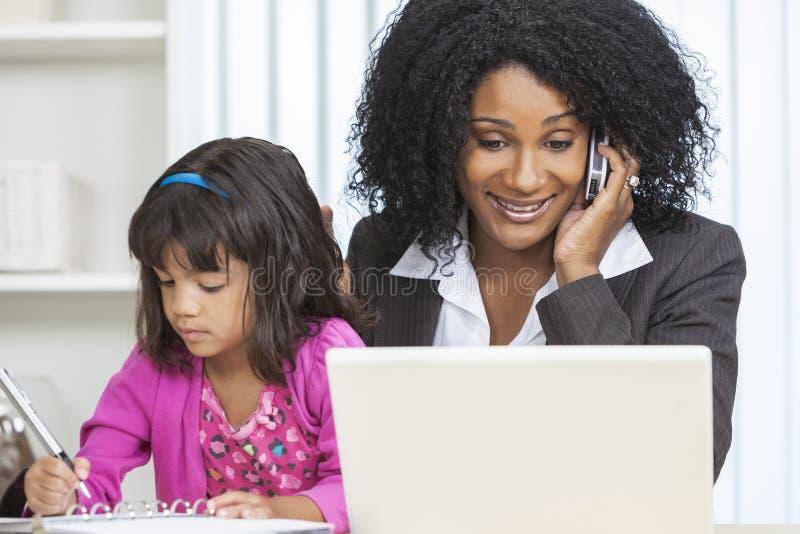 Cellen för afrikansk amerikankvinnaaffärskvinnan ringer barnet royaltyfri foto