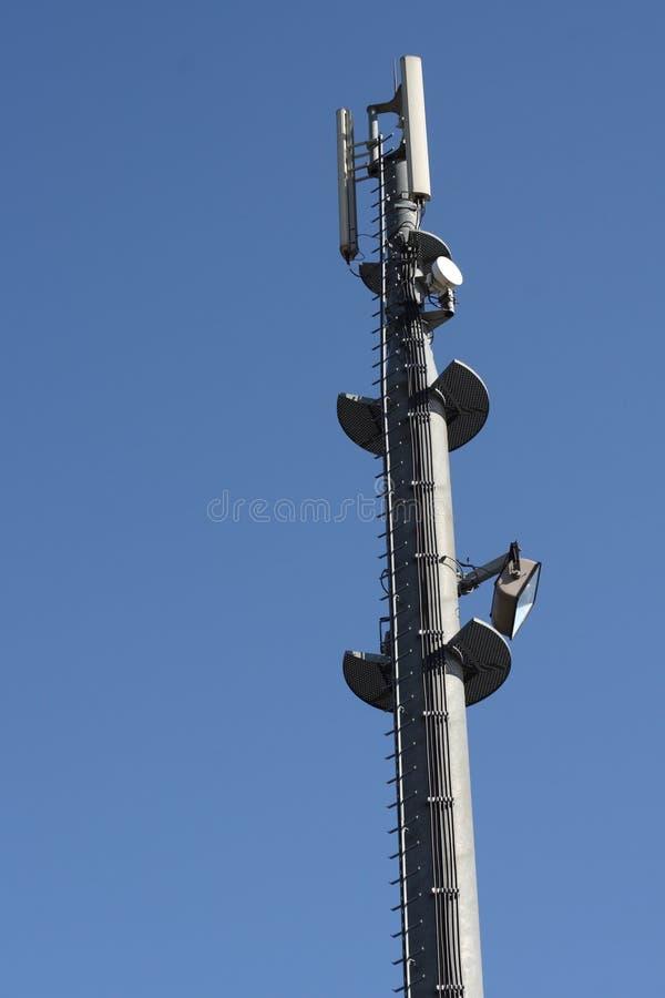 Cellen ringer antennen står hög royaltyfri fotografi