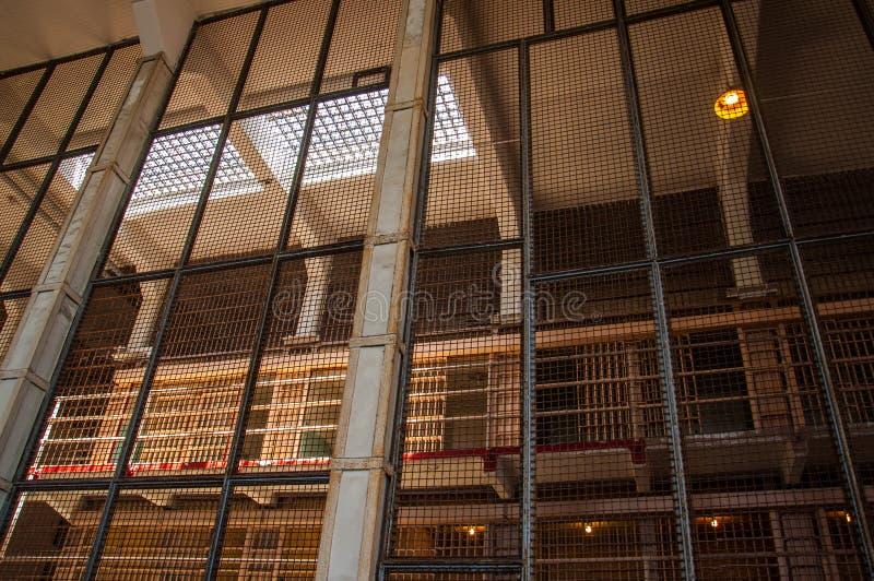 Cellgroup vio a través de una valla de seguridad en la prisión de Alcatraz imágenes de archivo libres de regalías