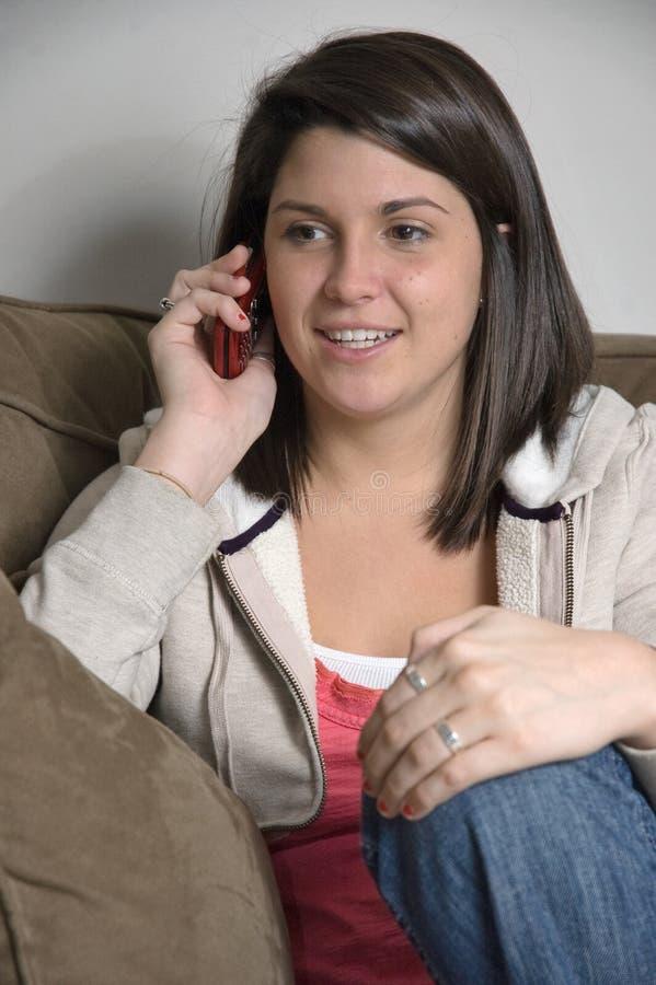 cellhögskolaflicka henne telefonsamtal royaltyfria bilder