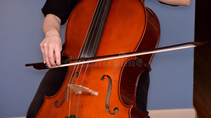 Cellist, der Cello spielt stockbild