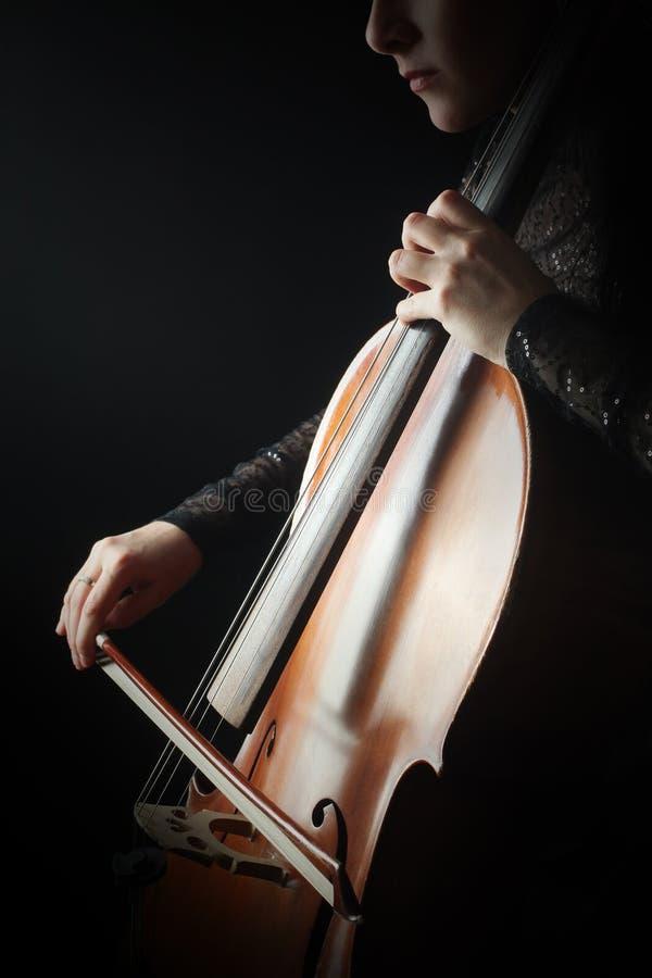 Cellist med det klassiska musikinstrumentet i mörker cellist fotografering för bildbyråer