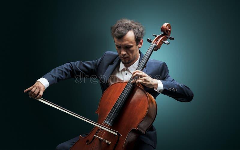 Cellist som spelar på instrumentet med inlevelse fotografering för bildbyråer