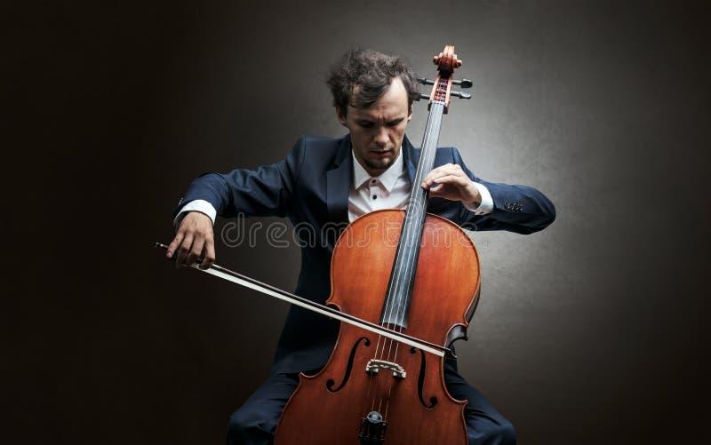 Cellist som spelar på instrumentet med inlevelse arkivfoton
