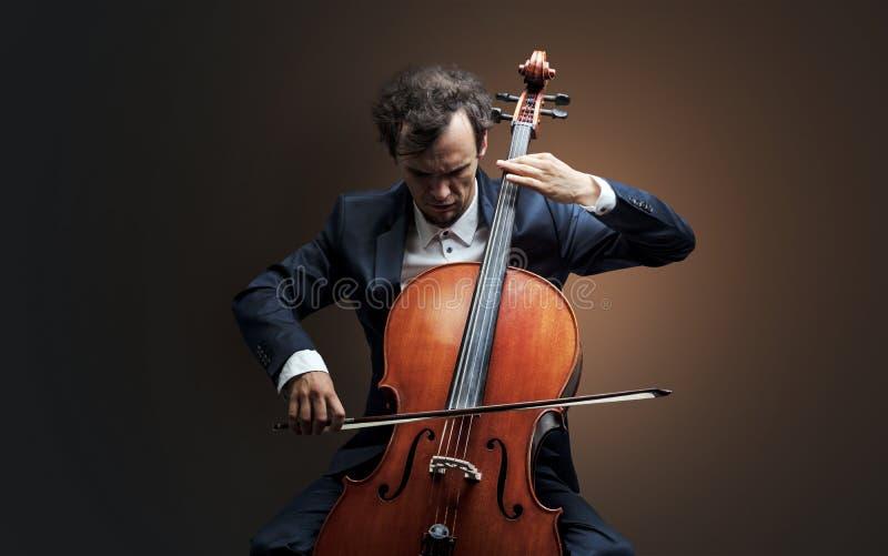 Cellist som spelar på instrumentet med inlevelse royaltyfri fotografi